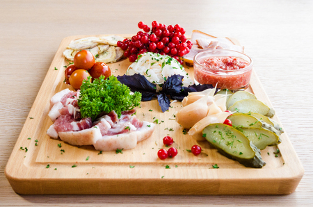 haricot: Tray with traditional Ukrainian snack tomato garlic Rowan and bacon
