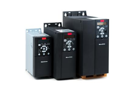 Un groupe de trois tailles et capacités différentes nouvel onduleur universel pour contrôler le courant électrique et la puissance pour l'industrie sur un fond blanc isolé. Un convertisseur de fréquence - redresseur - stabilisateur de puissance