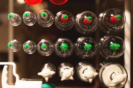 Medizinisches Set aus Gläsern und Kolbenvakuummassage in einem dunklen Raum. Draufsicht