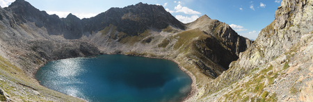 Paisaje del lago Highland en lo alto de las montañas de Dombai. Circo formado por un glaciar con un lago profundo y agua azul