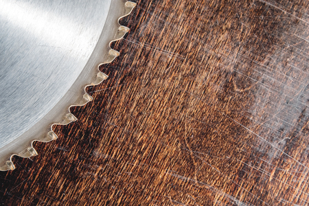 Close-up used blade circular saw on the background of the wooden table Verscak. Workshop for the production of wooden products. Joiners cutting tool Banque d'images