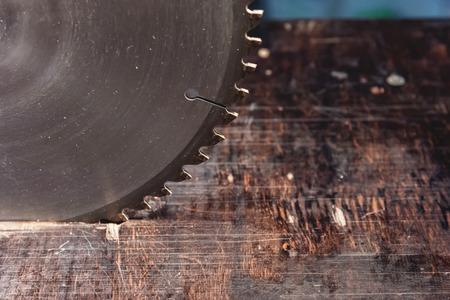 Nahaufnahmeblattkreissäge auf dem Hintergrund des Holztisches. Werkstatt zur Herstellung von Holzprodukten. Tischler-Schneidwerkzeug