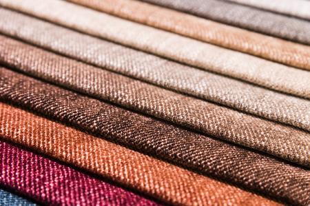 Gros plan sur des lignes diagonales de tissus d'ameublement en échantillons pour sélectionner la couleur et le tissu du meuble. Abstrait multicolore Banque d'images