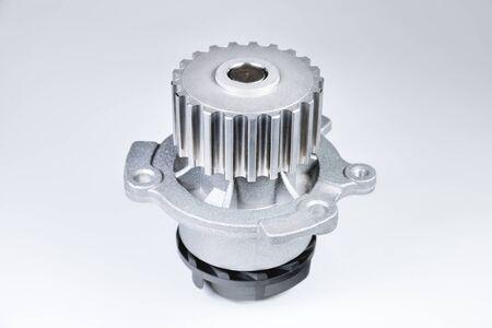 Nuova pompa automobilistica in metallo per il raffreddamento di una pompa dell'acqua del motore su uno sfondo grigio con una sfumatura. Il concetto di nuovi pezzi di ricambio per il motore dell'auto Archivio Fotografico