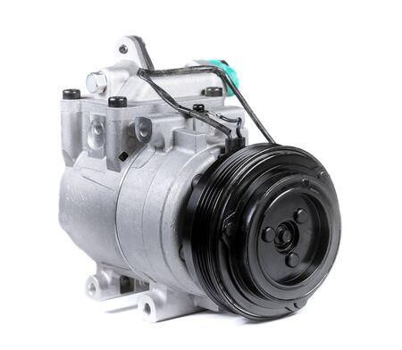 Nuovo compressore dell'aria condizionata per auto su sfondo bianco isolato Archivio Fotografico
