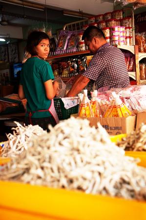jeune fille: Pasir Penambang,Malaysia  April 18 2015 : Young lady working on fish market
