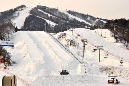 ski slopes: Provincia Gangwon-do, Corea del Sud 29 DICEMBRE 2014: area di piste di sci per lo snowboard e lo sci attivit� scorrevoli durante la stagione invernale Editoriali