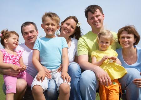 Retrato de una alegre grandes familias con sus hijos al aire libre. Siete Foto de archivo - 9131654