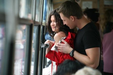 excitacion: Par amoroso abraza en el bus