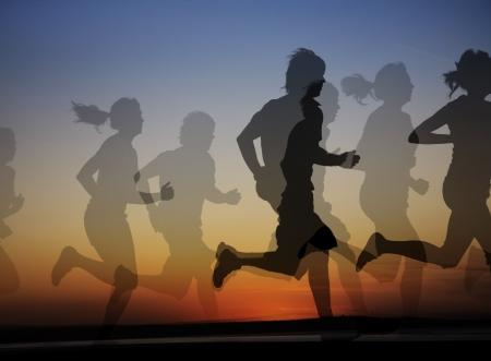 mujeres corriendo: Grupo de corredores masculinos y femeninos en el fondo de una hermosa puesta de sol. Collage