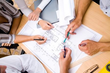 architect: El equipo de ingenieros que trabajan en el proyecto de construcci�n en la mesa de reuniones. S�lo manos.  Vista Foto de archivo