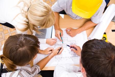 Sitzung Team von Ingenieuren, die Arbeit an einem Bauprojekt am Tisch Lizenzfreie Bilder