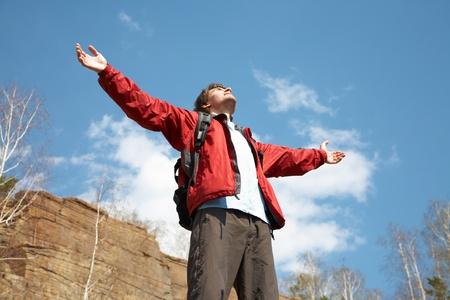 osiągnął: Happy man turystÄ… gospodarstwa jego broni w powietrzu w poczucie sukces osiÄ…gnęły szczytu Zdjęcie Seryjne