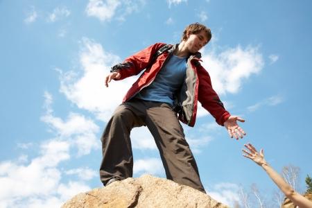 stijger: berg instructeur gaf iemand een helpende hand aan de top van de berg