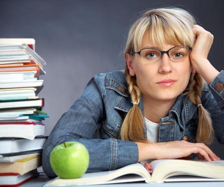 cansancio: Retrato de libro de lectura de cansancio chica estudiante en el aula Foto de archivo