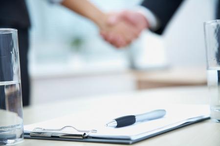 contrato de trabajo: Clouse-up de las manos de hombre de negocios y empresaria temblor