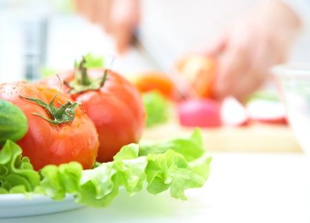 chef cocinando: Primer plano de ensaladas con verduras frescas