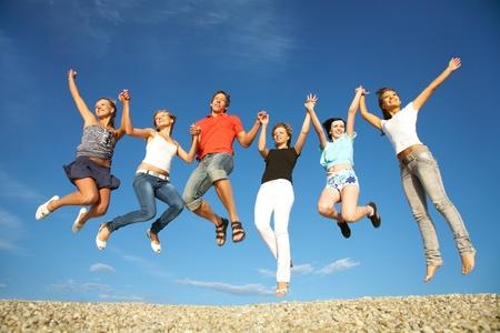 groupe de jeunes heureux à danser à la plage sur belle journée d'été Banque d'images