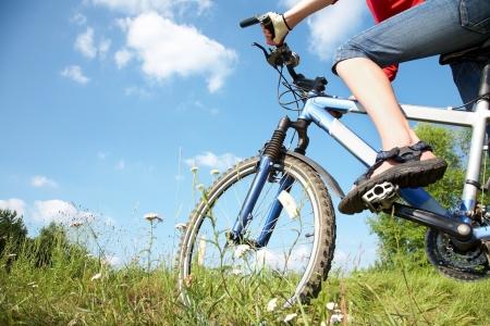 Junge Radfahrer auf dem Mountainbike und den blauen Himmel im Park Lizenzfreie Bilder