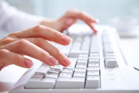 tecla enter: Mujeres manos escribiendo en el teclado de computadora blanco