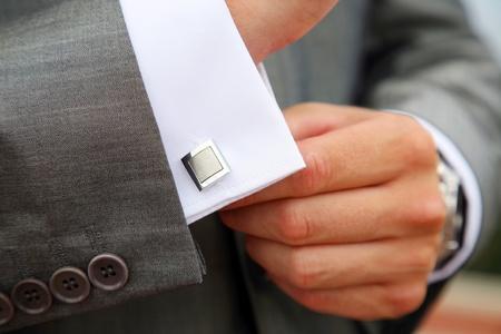 punos: Un hombre que sujetan un brazalete v�nculo antes de casarse