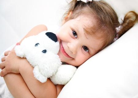 oso de peluche: Retrato de niña con osito sobre fondo blanco