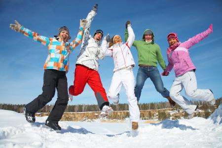 actividades recreativas: Grupo de adolescentes saltando juntos en el invierno Foto de archivo