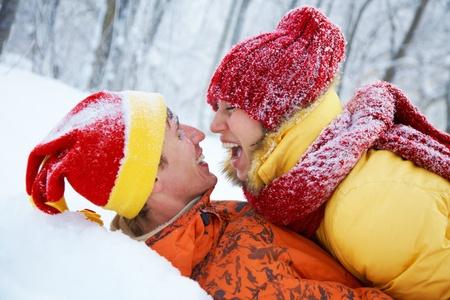 Mladí pár polibků v zimě Valentine