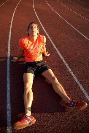 beine spreizen: Junge Sportler befindet sich auf dem Laufband Stadion Beinen verbreiten. Fehler.