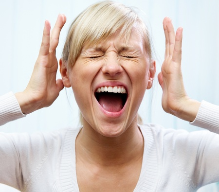 jonge blanke vrouw is veel huilt haar ogen dicht