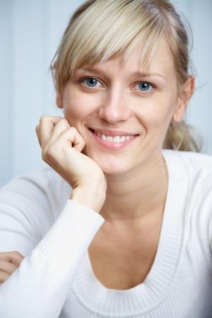 autoridad: Retrato de una bella joven exitosa empresaria en blanco