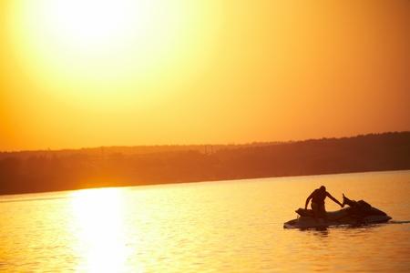 moto acuatica: puesta de sol de verano magnífico gran lago en pintura roja