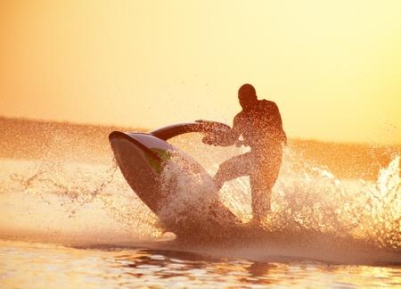 bateau de course: le coucher du soleil d'été magnifique sur un grand lac de peinture rouge