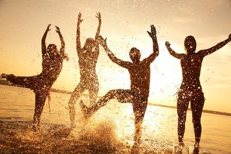 starken Mann springt auf dem Jetski über das Wasser bei Sonnenuntergang. silluet. sprühen.