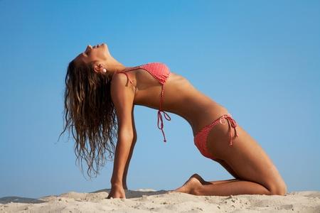 gymnastik: Reife sexy Frau praktizieren Yoga am Strand Lizenzfreie Bilder