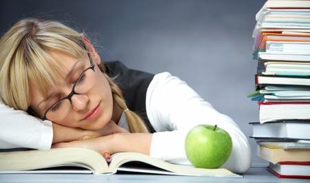 müdigkeit: M�digkeit Studentin schl�ft auf B�cher in der Bibliothek