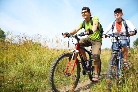 Paar auf Fahrr�dern von Radfahrern auf dem Land Lizenzfreie Bilder
