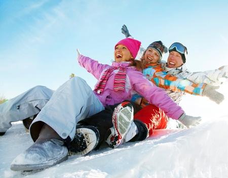 adolescentes riendo: Grupo de adolescentes cuesta abajo en invierno Foto de archivo