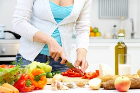 alimentos saludables: Manos femeninas de cocina saludable para la cena en la cocina