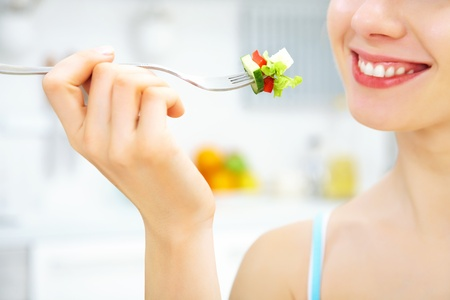 dieta sana: primer plano de mujer comiendo ensalada fresca