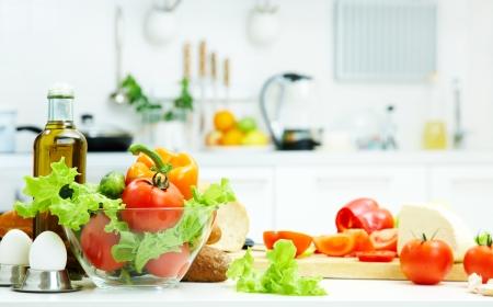 건강 식품은 부엌에서 테이블에 있습니다
