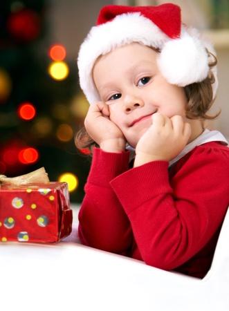 caja navidad: Retrato de ni�a linda con el regalo de Navidad