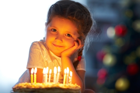 fiesta familiar: Retrato de ni�a bonita con torta de cumplea�os