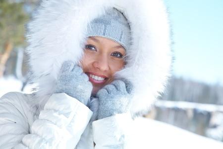 Porträt der jungen Frau in weißem Pelz im Winter