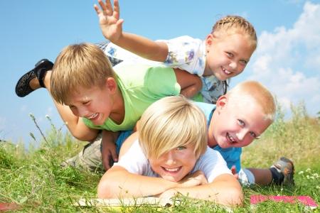 divertirsi: Gruppo di bambini diversi, che hanno una buona estate Archivio Fotografico