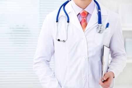 bata de laboratorio: Irreconocible doctor de sexo masculino vistiendo una bata de laboratorio y un estetoscopio Foto de archivo