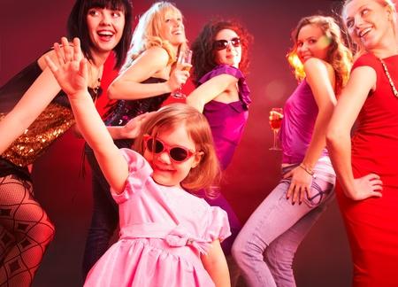 chicas bailando: La ni�a bailando en una discoteca rodeado de chicas grandes Foto de archivo