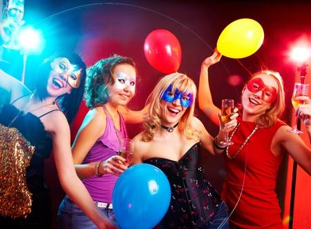 Tanz gl�ckliche junge M�dchen unter Masken auf der Party