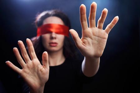 Portr�t der Frau mit geschlossenen Augen und ausgestreckten Armen