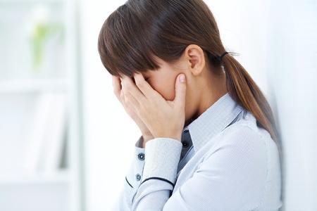 panique: jeune fille pleure le visage ferm� dans ses mains Banque d'images